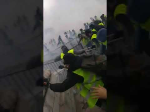 Yellow vests are attacking the police. The attack of yellow vests on the police.